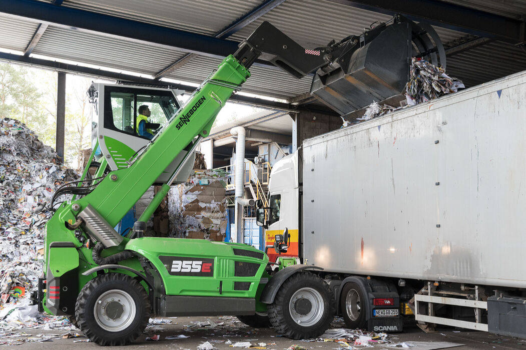 Robust telescopic handler for the waste recycling industry with elevating driver's cab: the SENNEBOGEN 355 E – an ideal alternative to the wheel loader: Truck loading in recycling