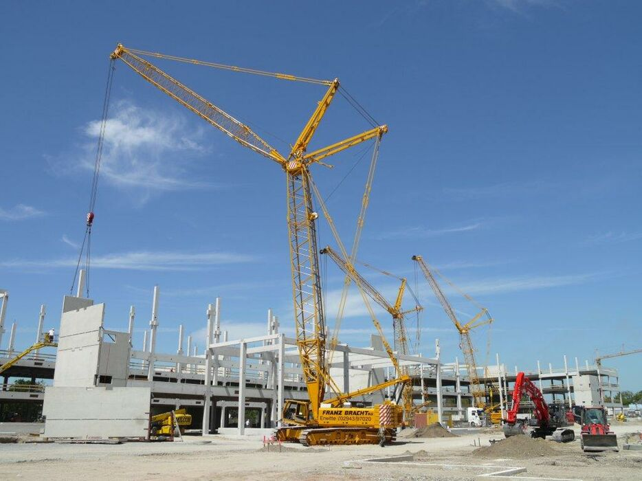 SENNEBOGEN 4400 robust and powerful crawler crane Lifting work