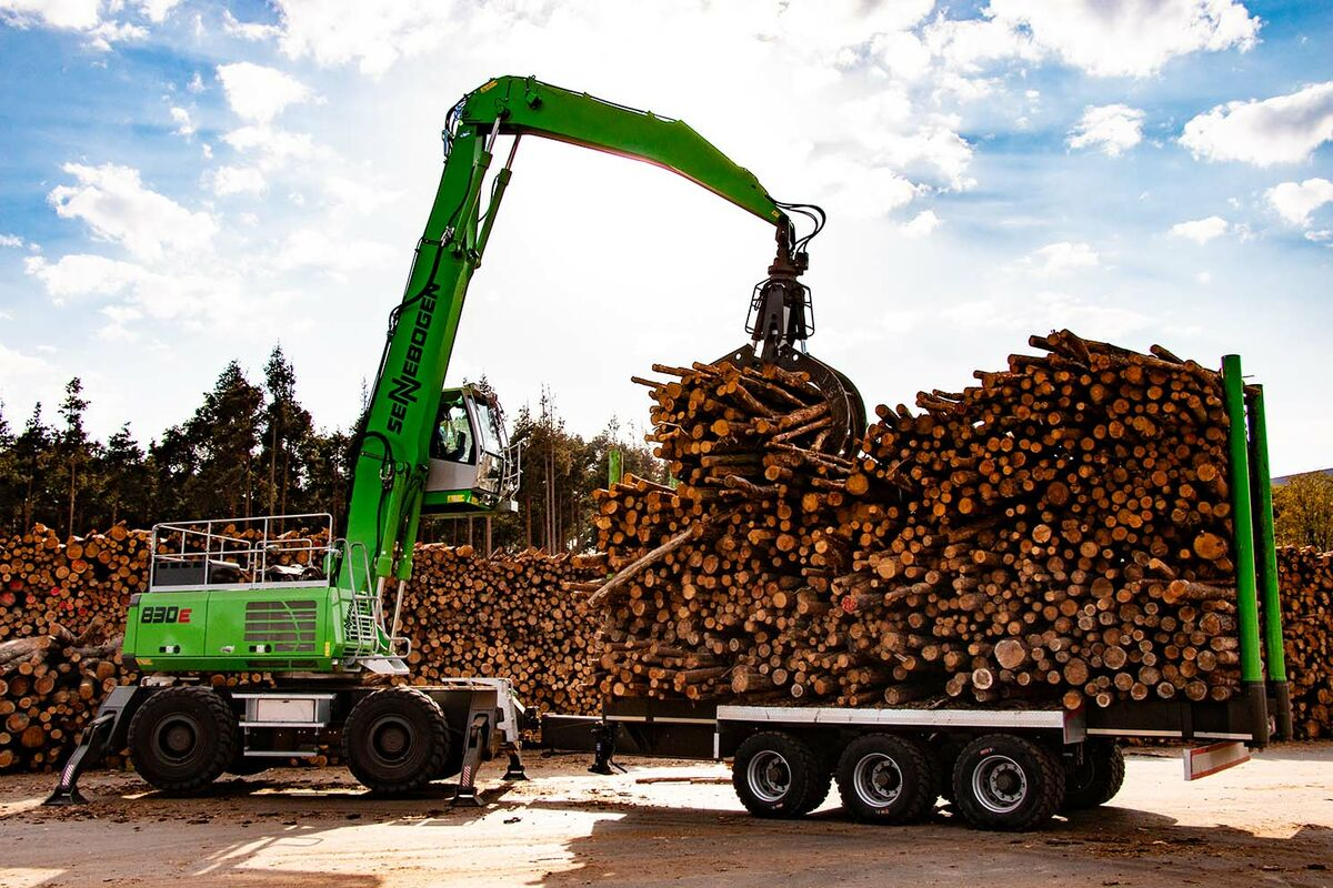 Timber handling in sawmills and at log yards: SENNEBOGEN 830 E Mobile with trailer material handler - loading logs and tree trunks