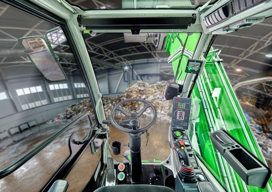 Robust telescopic handler with elevating cab: the SENNEBOGEN 355 E Driver's perspective