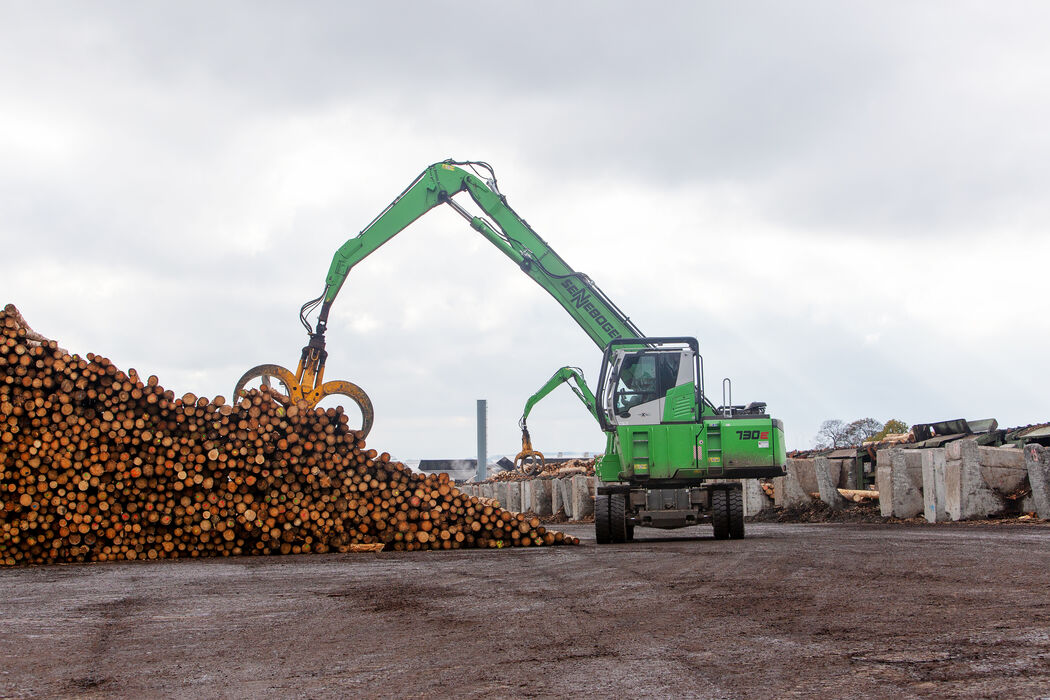 SENNEBOGEN 730 E Material handler working on a timber stack