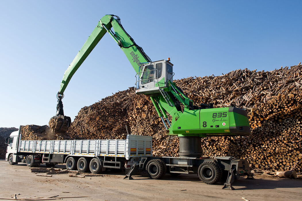 SENNEBOGEN 835 Mobile Material handler for scrap, timber and ports Timber handling Unloading trucks at a paper mill
