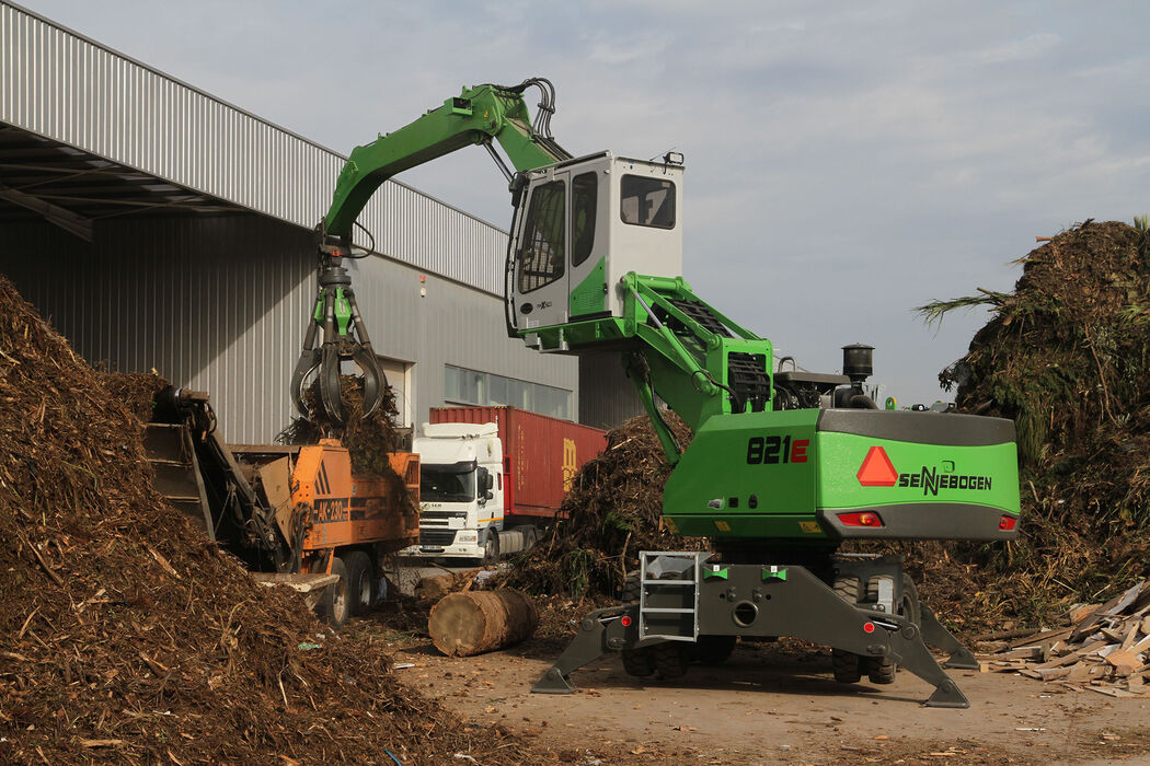 SENNEBOGEN material handler for scrap, recycling and timber – shredder feeding with orange peel grab