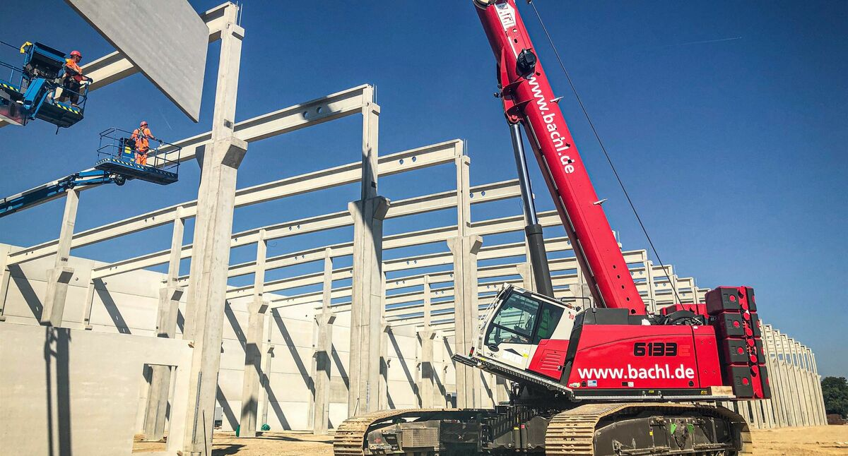 130 t telescopic crawler crane SENNEBOGEN 6133, assembly of steel and prestressed concrete prefabricated parts, hall construction