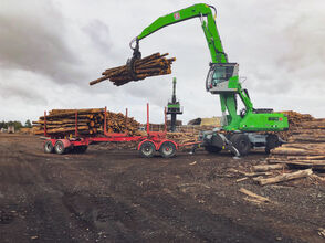 The SENNEBOGEN 830 trailer handles timber in the Southern Hemisphere