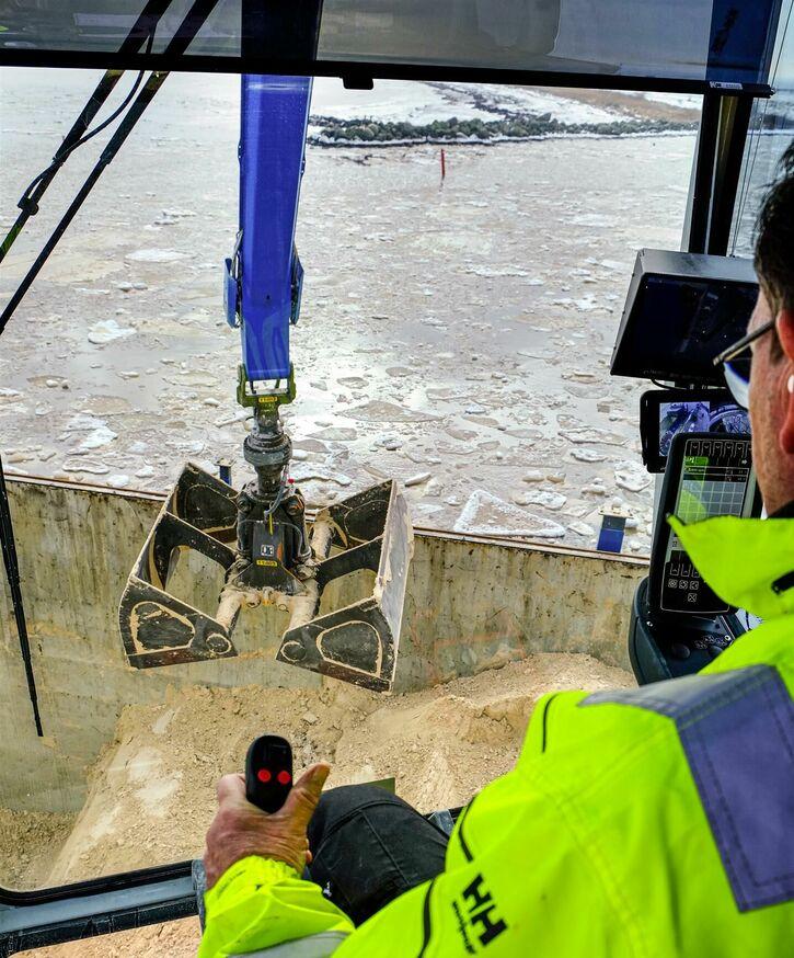 Port operator with increased handling capacity, SENNEBOGEN 875, electric drive in port handling