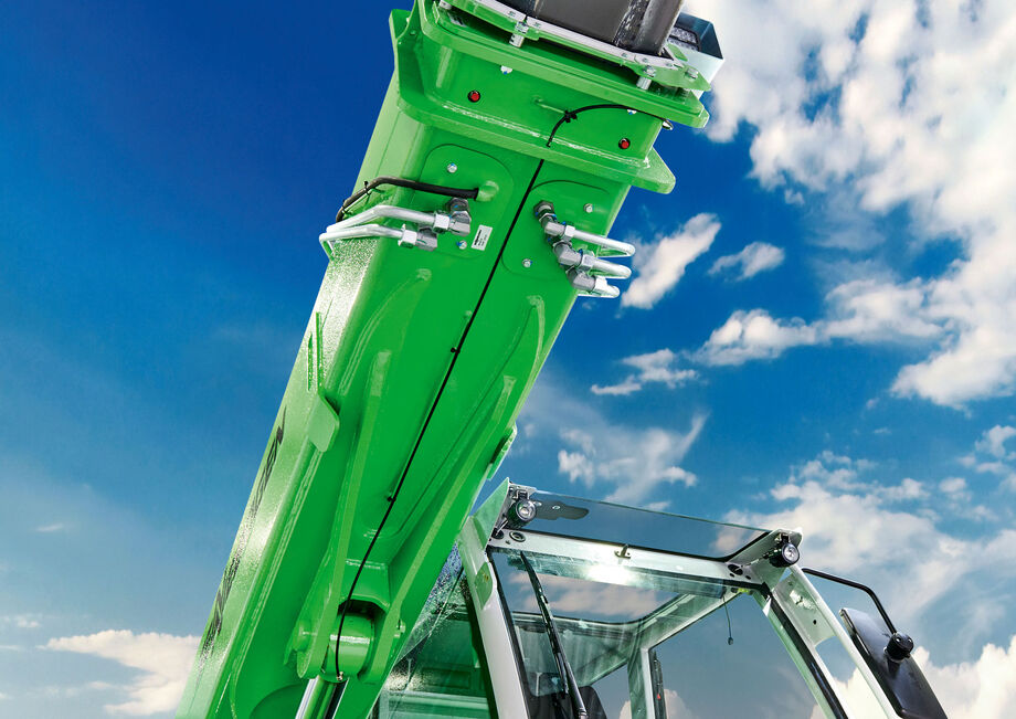 Robust telescopic handler with elevating cab: the SENNEBOGEN 355 E Steel construction