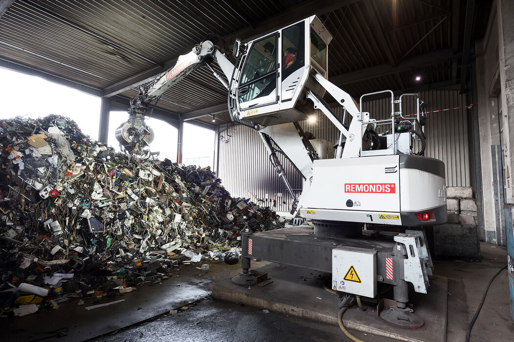 SENNEBOGEN material handler material handling machine electric 817 E electro waste management recycling sorting grab
