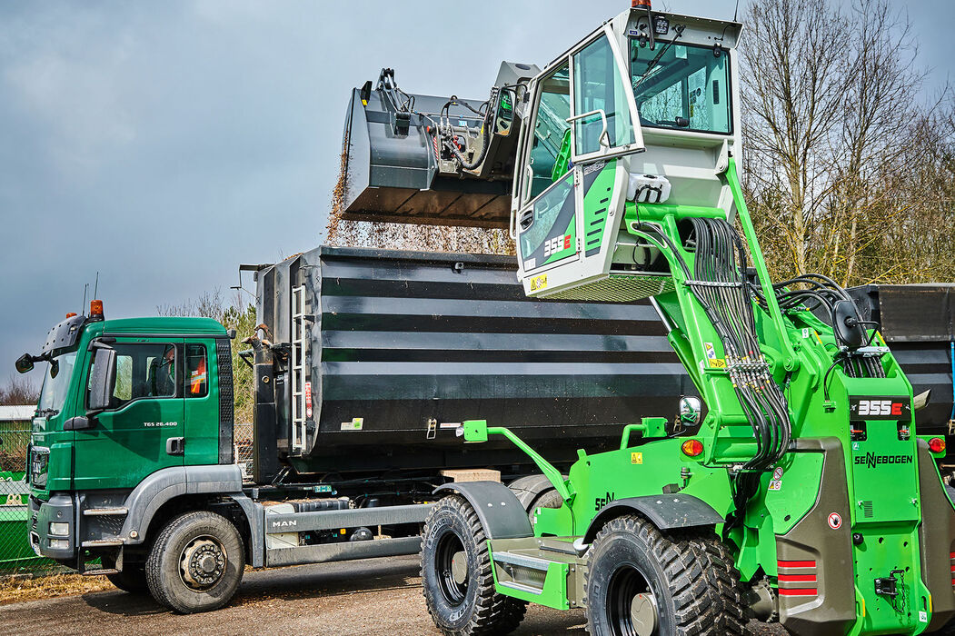 A sturdy telescopic handler for the waste recycling industry with elevating driver's cab: the SENNEBOGEN 355 E Truck loading