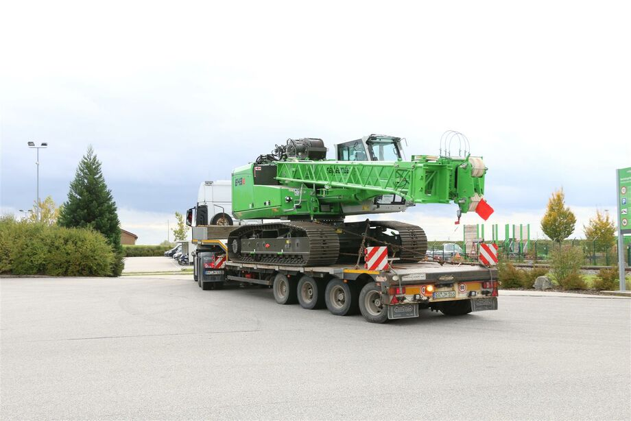 The compact SENNEBOGEN 643 telecrane / telescopic crane is easy to transport on low-loaders thanks to its narrow transport width. Specific authorization is not required