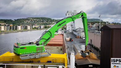 SENNEBOGEN 860 Hybrid E-Series handling materials at the port in Norway