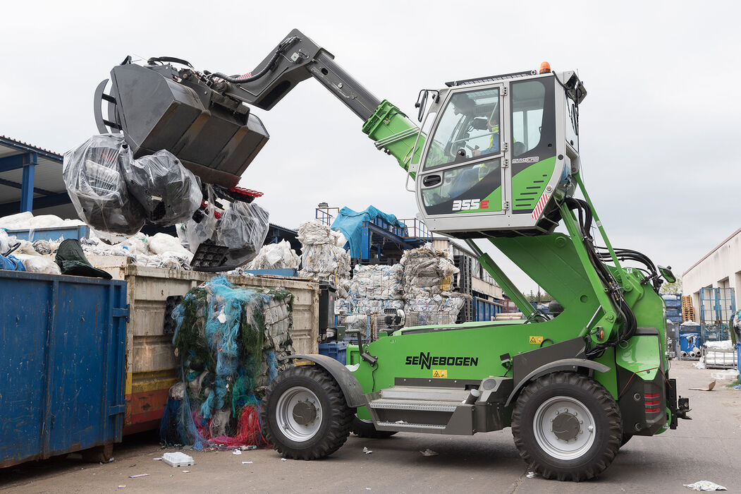 Robust telescopic handler for the waste recycling industry with elevating driver's cab: the SENNEBOGEN 355 E – an ideal alternative to the wheel loader: Recycling