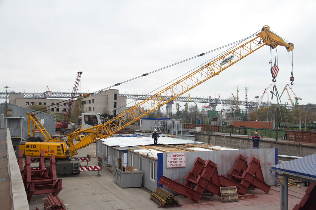 SENNEBOGEN 640 compact and versatile duty cycle crane lifting work