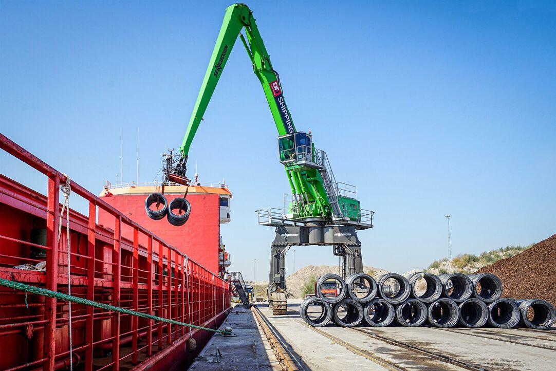 Port handling, SENNEBOGEN 870 caterpillar portal, unloading of steel wire coils, loading of heavy-duty piece goods and bulk goods