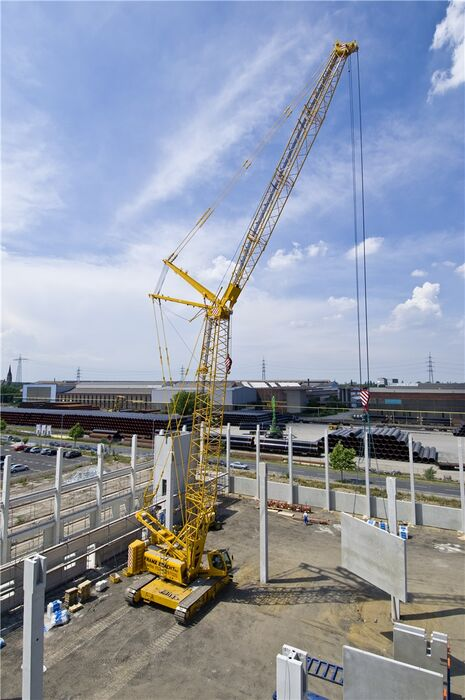 SENNEBOGEN 4400 robust and powerful crawler crane Installing prefabricated concrete parts