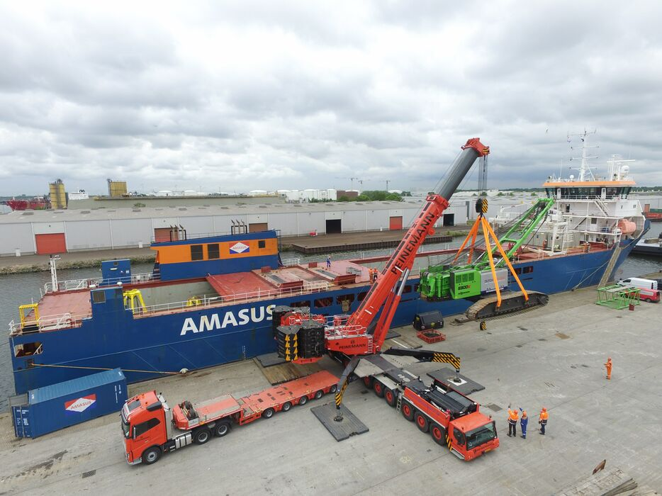 SENNEBOGEN 6300 Crawler Duty cycle crane / Dragline Loading onto a ship Offshore