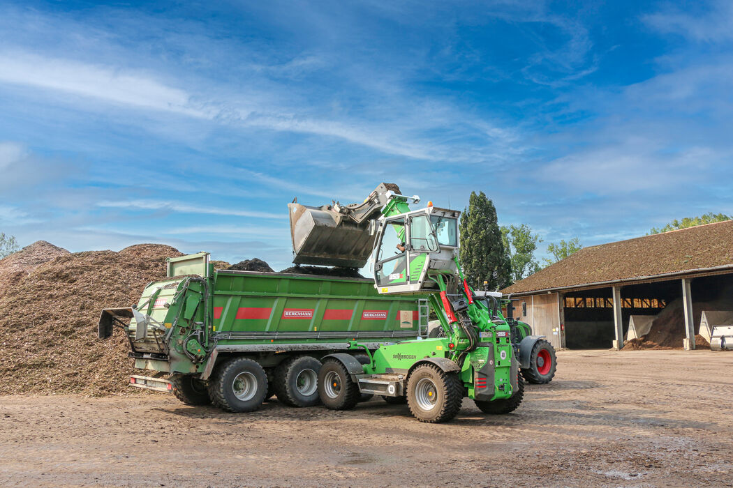 SENNEBOGEN telehandler 355 Green waste recycling compost trailer loading