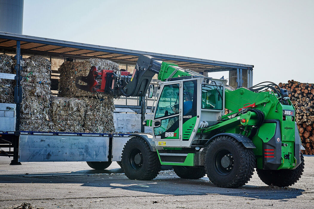 Robust telescopic handler for the waste recycling industry with elevating driver's cab: the SENNEBOGEN 355 E – an ideal alternative to the wheel loader: Truck loading