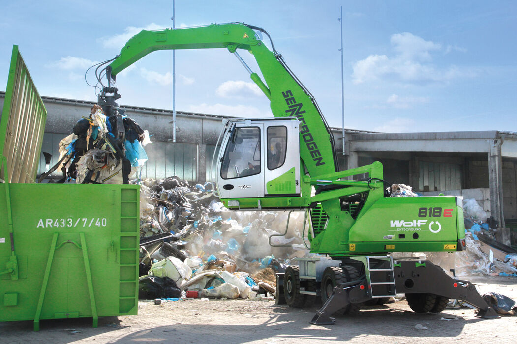 SENNEBOGEN 818 E compact material handler – Recycling, container loading