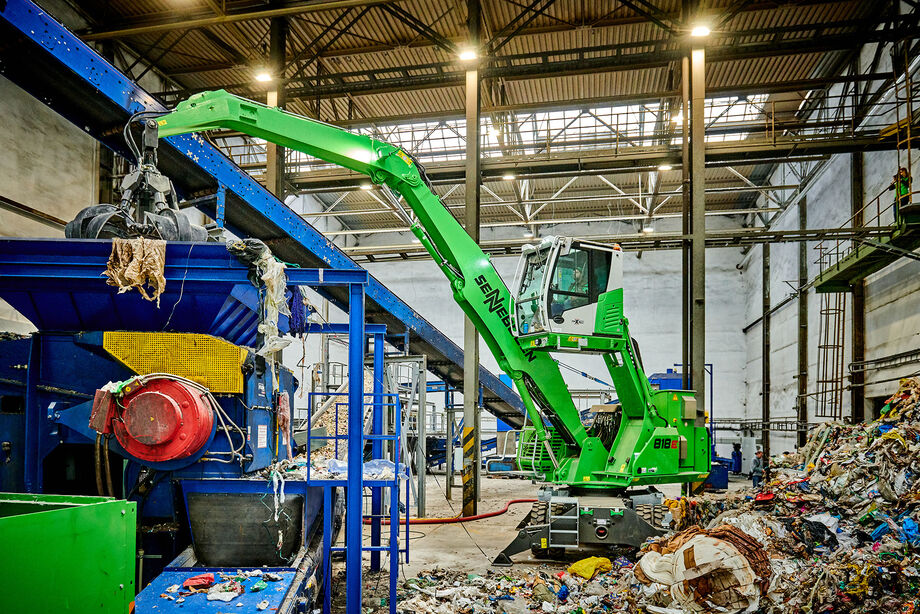 The SENNEBOGEN 818 E material handler during recycling handling work in the Czech Republic
