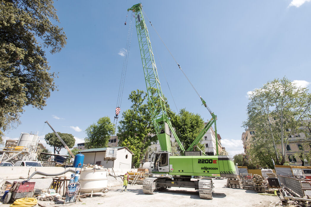 SENNEBOGEN 2200 robust and powerful crawler crane Lifting work