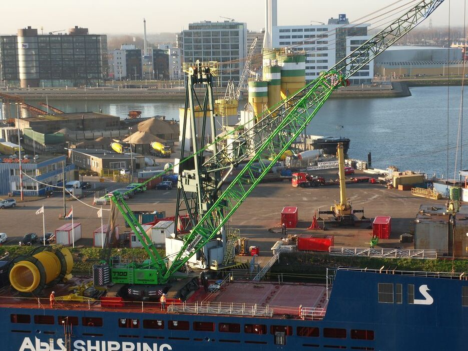 SENNEBOGEN 7700 robust and powerful crawler crane Offshore