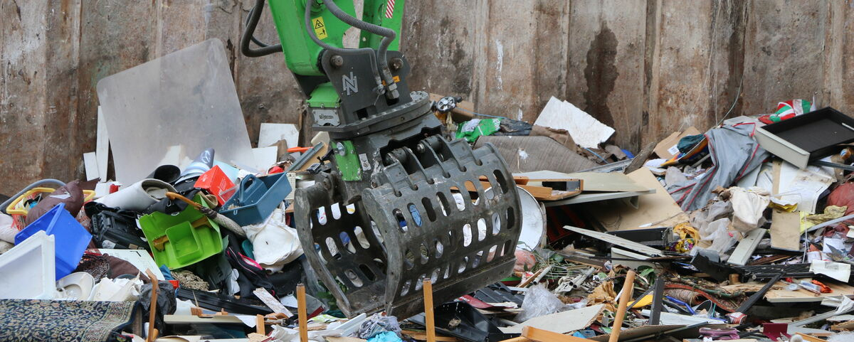 SENNEBOGEN Sorting grab for waste recycling Recycling material handler