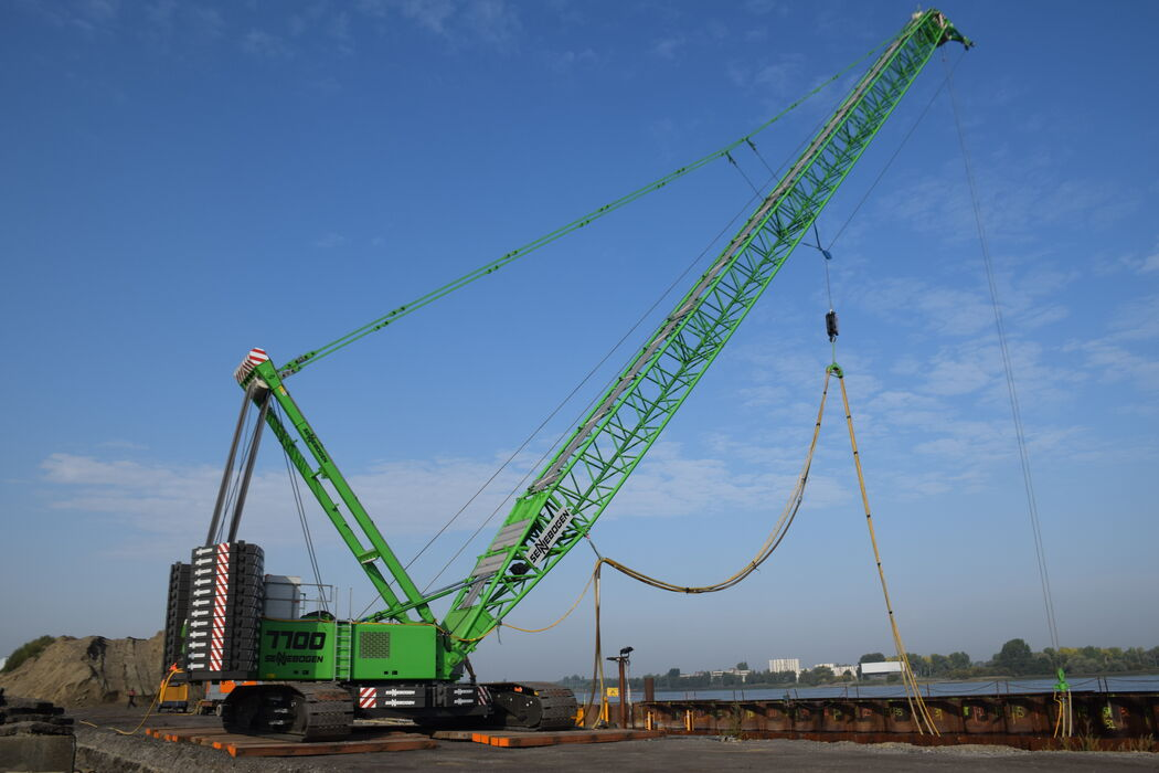 SENNEBOGEN 7700 robust and powerful crawler crane Ground compaction