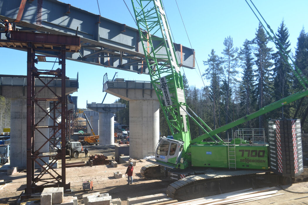 SENNEBOGEN 7700 robust and powerful crawler crane Bridge construction