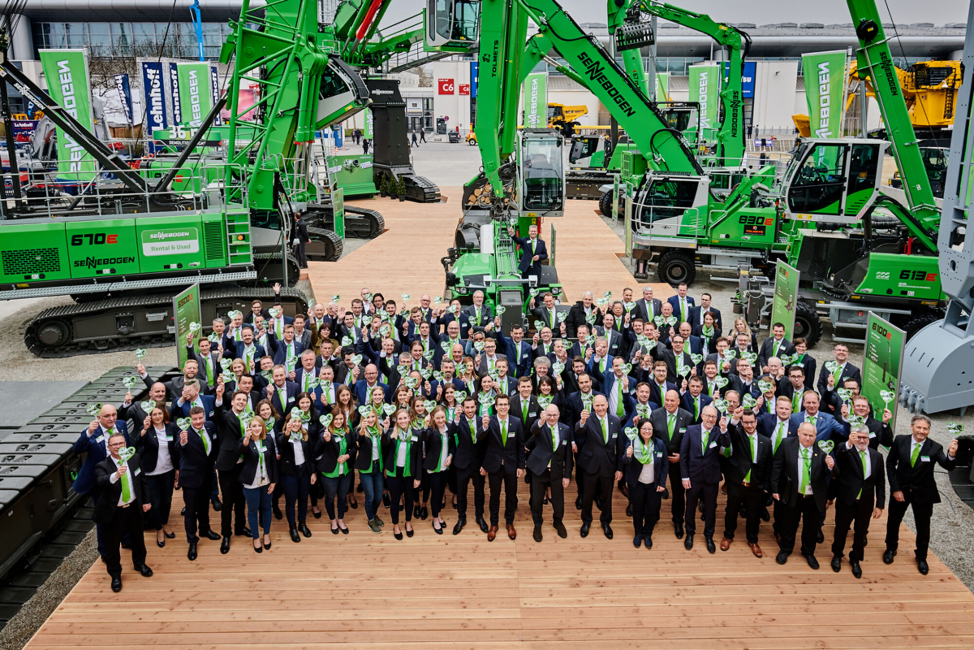 Team bauma 2019 - the international dealer team and the SENNEBOGEN team - group photo