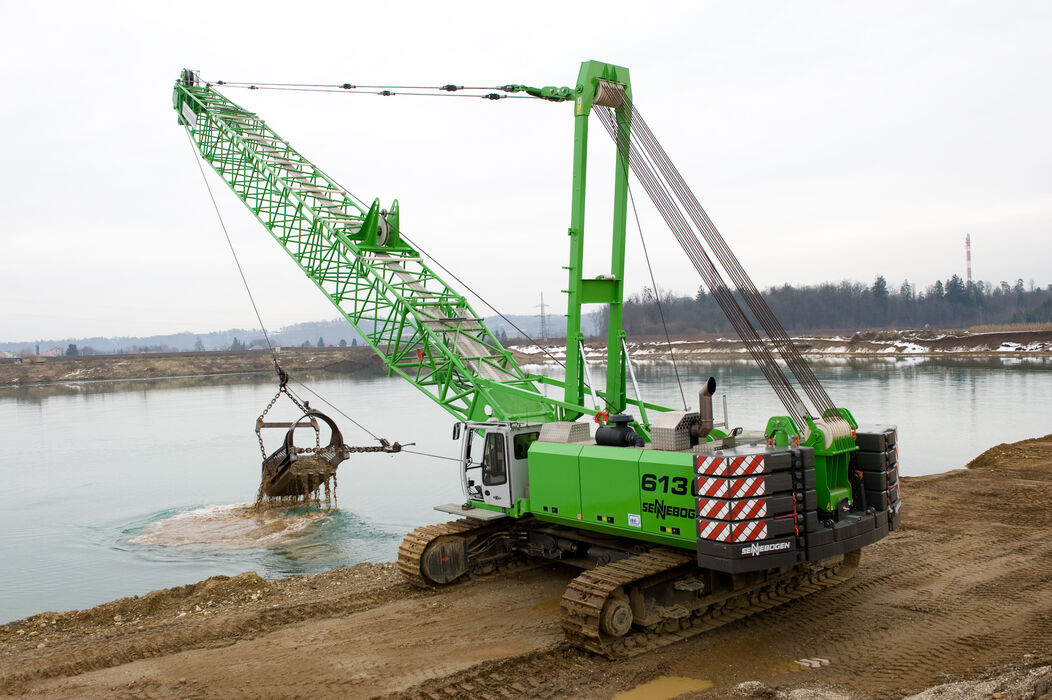 130 t duty cycle crane SENNEBOGEN 6130 E gravel extraction dragline bucket quarrying