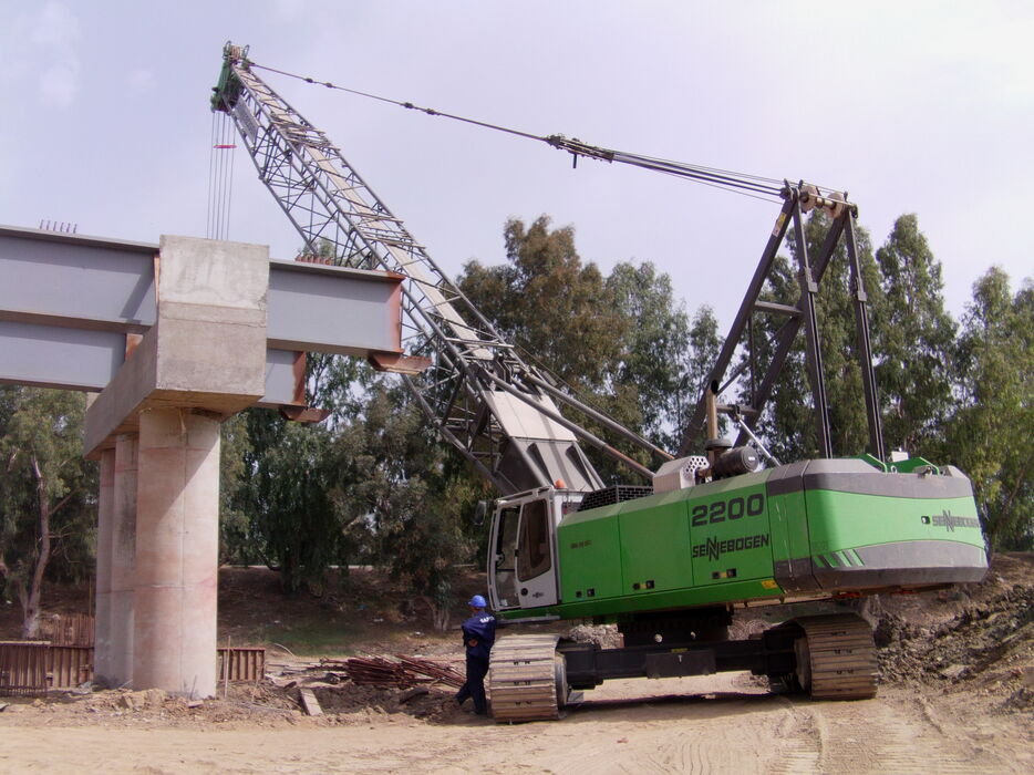SENNEBOGEN 2200 robust and powerful crawler crane Construction work Bridge construction