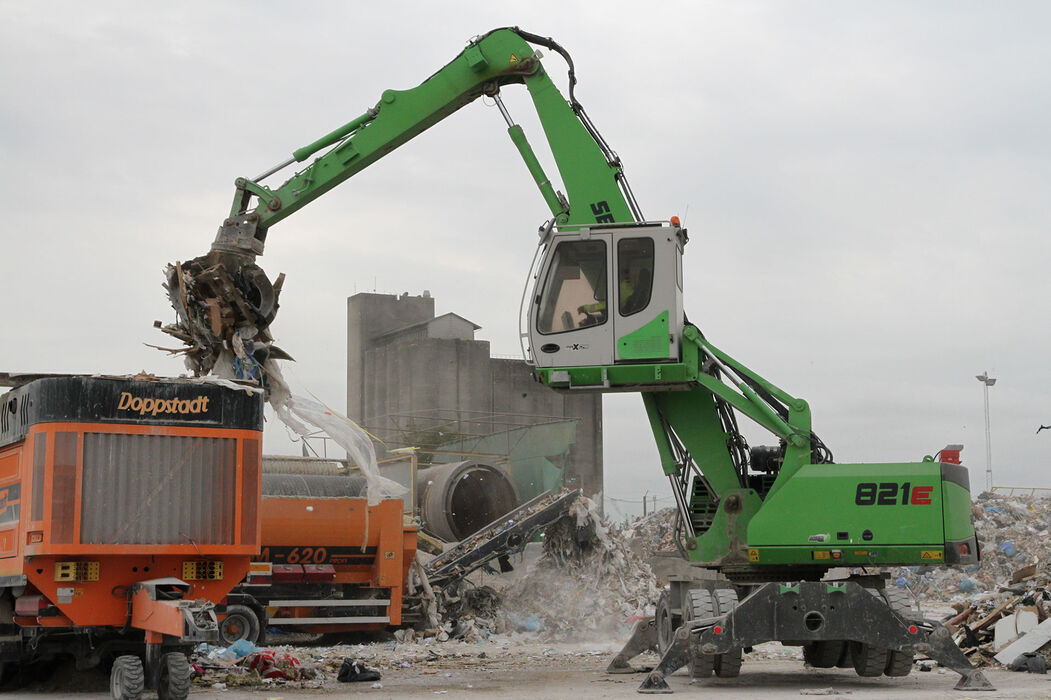 SENNEBOGEN 821 E Mobile compact material handler – Waste recycling and shredder feeding