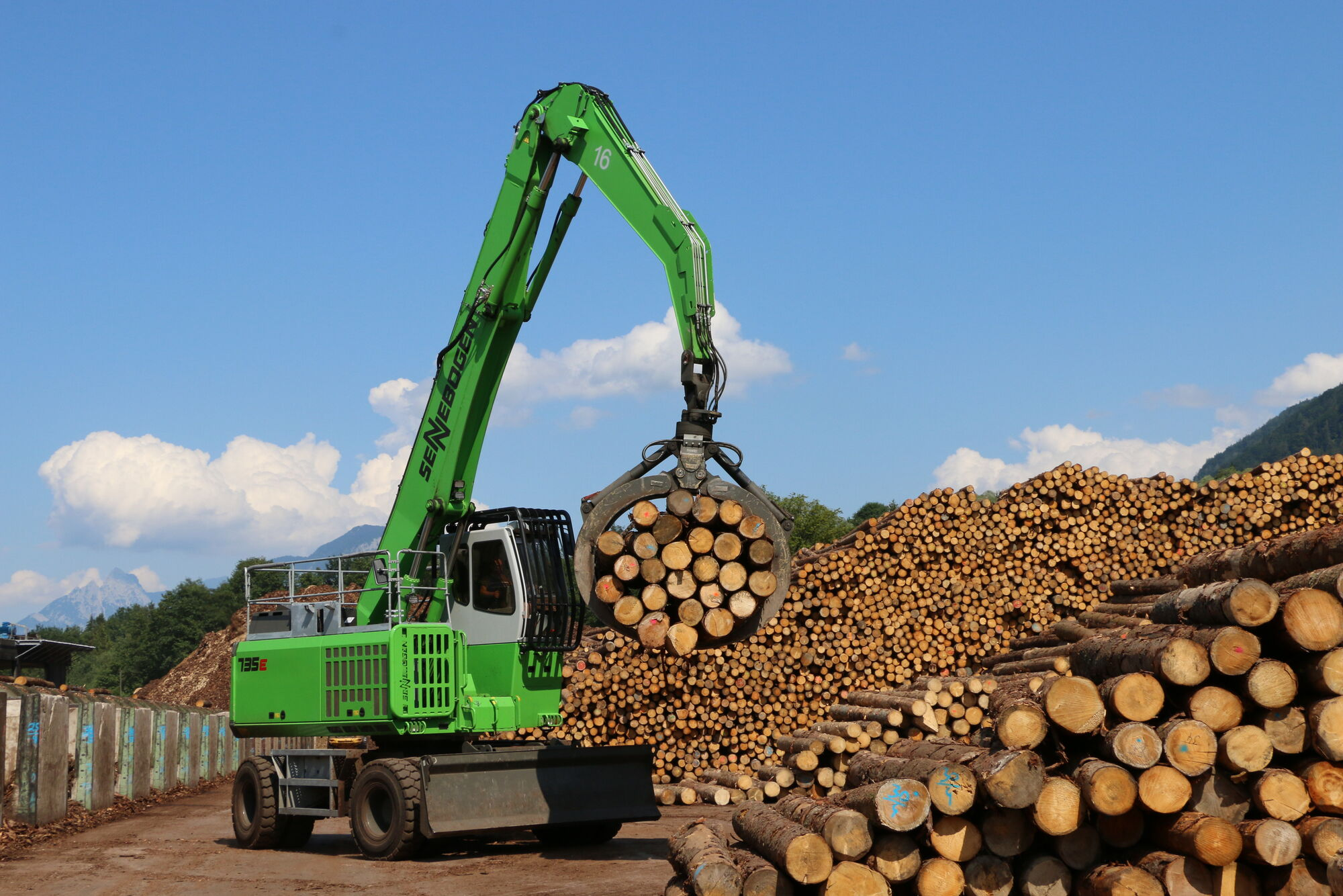 SENNEBOGEN 735 E material handler for timber handling with mobile electric travel drive Green Efficiency Drive