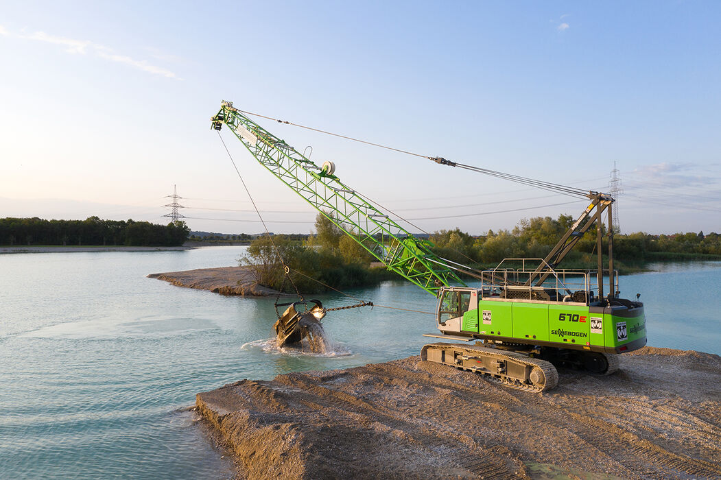 70 t duty cycle crane SENNEBOGEN 670 E dragline bucket gravel extraction quarrying lake