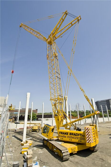 SENNEBOGEN 4400 robust and powerful crawler crane Building construction