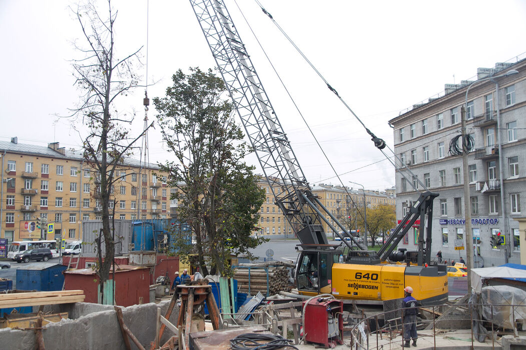 SENNEBOGEN 640 compact and versatile duty cycle crane below ground construction