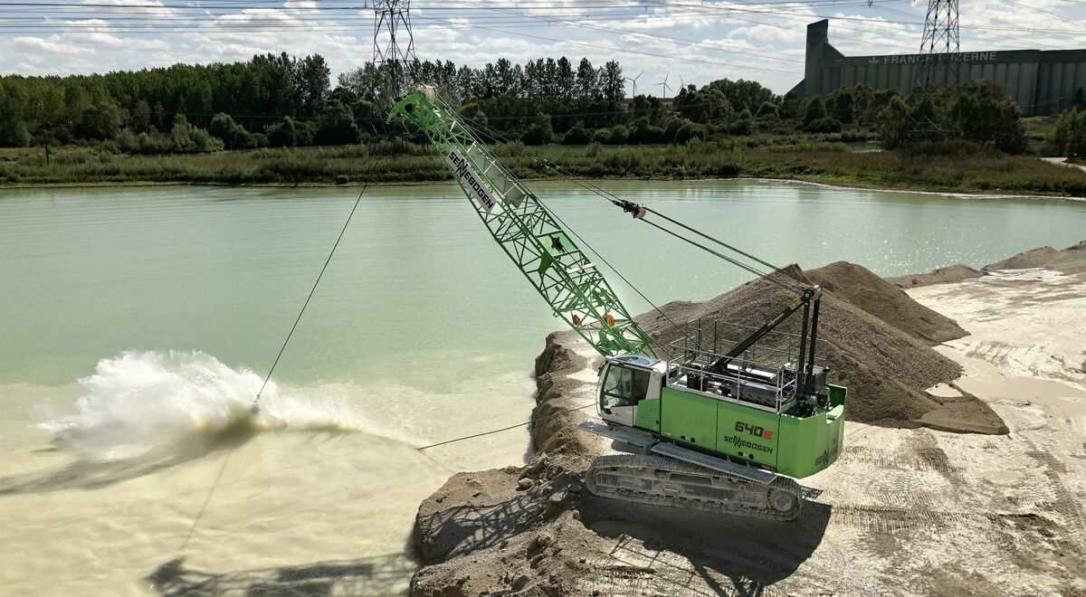 40 t duty cycle crawler crane SENNEBOGEN 640 with dragline, extraction of sand and gravel, France