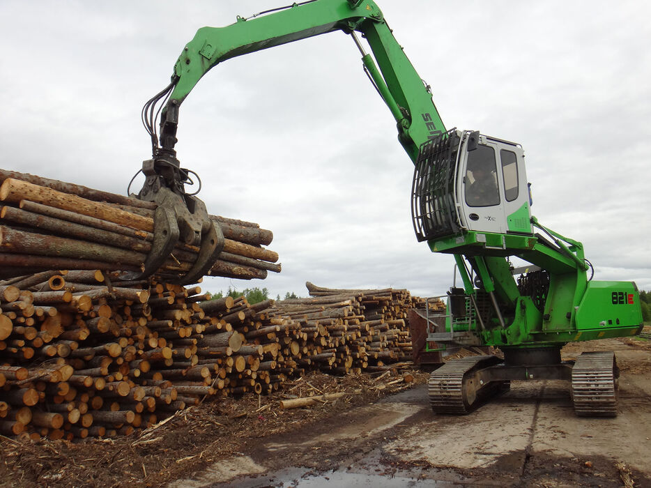 SENNEBOGEN 821 E material handler for timber handling with front protective grille