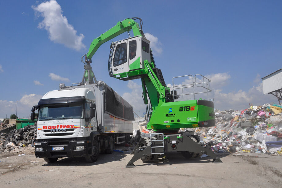 SENNEBOGEN material handler 818 E mobile recycling waste management truck loading orange peel grab