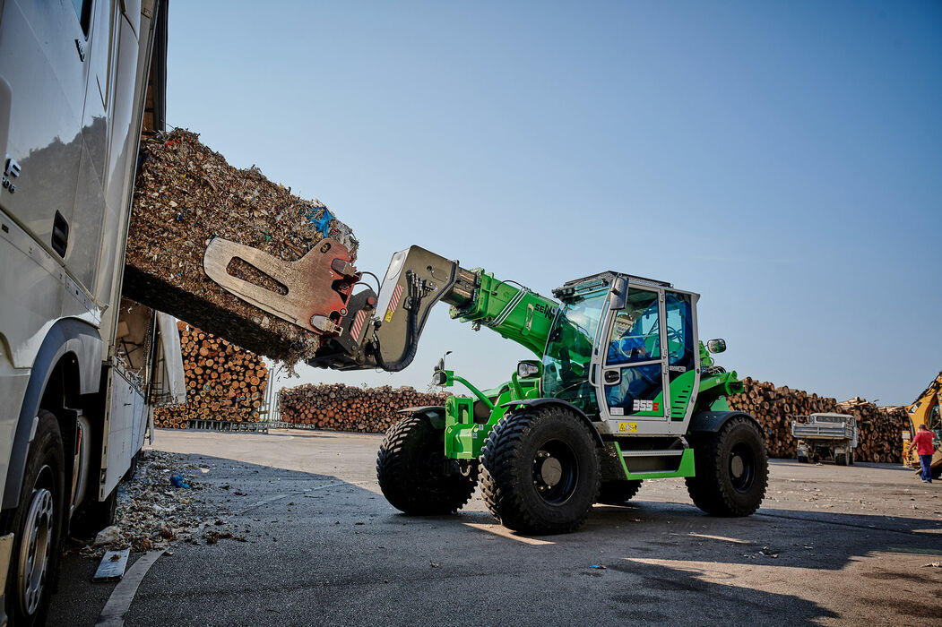 Robust telescopic handler for the waste recycling industry with elevating driver's cab: the SENNEBOGEN 355 E – an ideal alternative to the wheel loader: Waste recycling